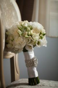 свадебный букет белый розы